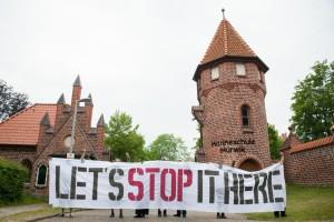 Antimilitarist_innen demonstrieren vor der Marineschule in Flensburg gegen Krieg